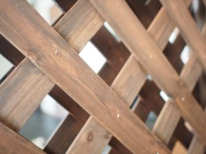 【ラティス×引き戸】高さ調整用木材とラティスをつける
